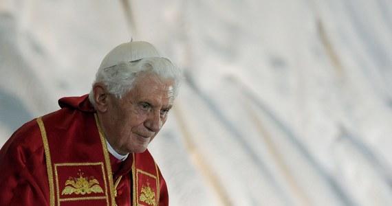 """Emerytowany papież Benedykt XVI przerwał milczenie i stanął w obronie celibatu księży. """"Nie mogę milczeć"""" - podkreślił w książce, którą napisał z prefektem Kongregacji ds. Kultu Bożego i Dyscypliny Sakramentów, kardynałem Robertem Sarahem."""