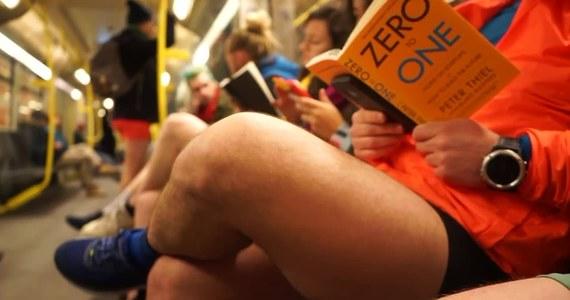 """Berlińscy entuzjaści Dnia bez spodni w metrze zdjęli z tej okazji dolną część odzieży. Happening odbył się między dwiema najczęściej uczęszczanymi stacjami w stolicy Niemiec - Frankfurter Tor i Hermannplatz. Uczestnicy tłumaczyli, że jest to dobry sposób, by zimą przywróć miastu """"odrobinę letnich wibracji"""". Pomysł narodził się w Nowym Jorku, w którym Dzień bez spodni odbywa się od 2002 roku. Celem happeningu jest poprawienie humoru mieszkańcom i dobra zabawa."""