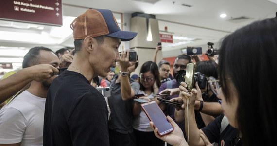 Dwukrotny mistrz świata w badmintonie Japończyk Kento Momota ma obrażenia twarzy i złamany nos - to efekt wypadku samochodowego do jakiego doszło, kiedy zawodnik jechał na lotnisko w Kuala Lumpur.