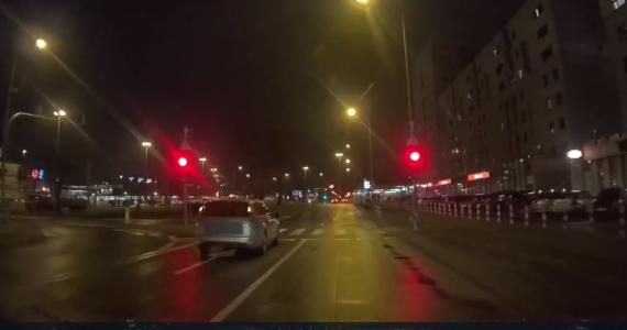 Zarzut spowodowania katastrofy w ruchu lądowym usłyszał kierowca, który w weekend w Warszawie jechał ciężarówką pod prąd mając 3 promile alkoholu w organizmie. Mężczyzna uszkodził 10 aut, a na koniec zderzył się czołowo z prawidłowo jadącym samochodem osobowym.
