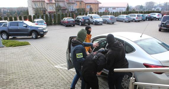 Kara dożywotniego więzienia grozi 44-latkowi, który miał pchnąć nożem 31-latka na jednej z ulic w Opocznie. Podejrzany z zarzutem zabójstwa trafił do aresztu. Jego 34-letnia konkubina i 15-letni kuzyn zostali oskarżeni o współudział w zbrodni.