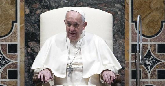 """Watykan oświadczył w poniedziałek, że stanowisko papieża Franciszka wobec celibatu kapłanów jest """"znane"""" i nie chce on zmieniać prawa. Tak odniósł się do słów emerytowanego papieża Benedykta XVI, który uznał celibat za """"niezbędny"""" i stanął w jego obronie."""