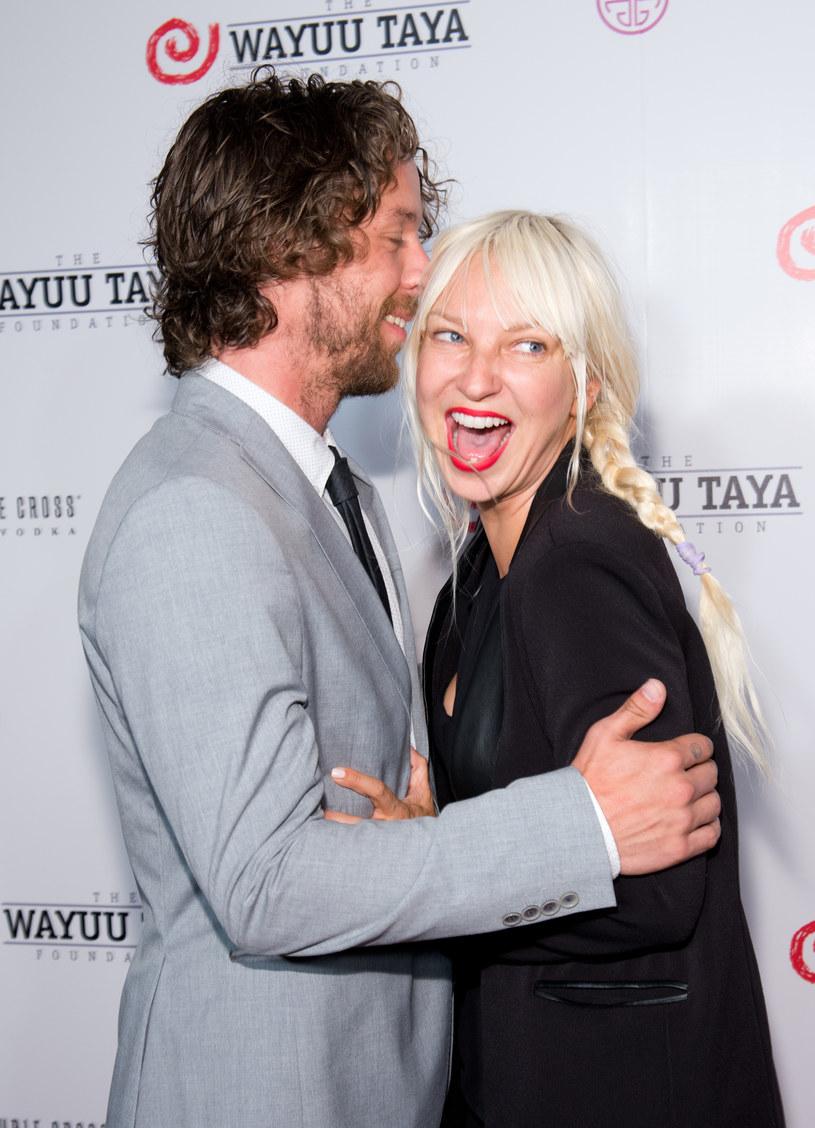 """Sia - autorka przeboju """"Chandelier"""" - przyznała w wywiadzie dla """"GQ"""", że ma adoptowanego syna."""
