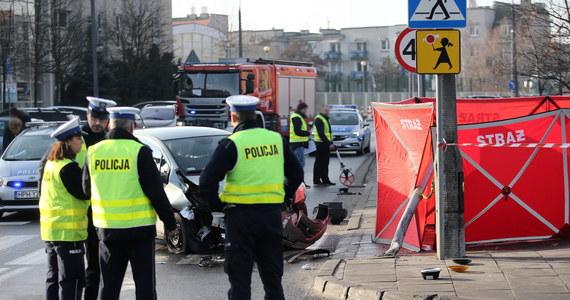 W Płocku (Mazowieckie) zmarł 69-letni mężczyzna uderzony przez sygnalizator świetlny. Sygnalizator przewrócił się, gdy wjechał na niego samochód, którego kierująca gwałtownie skręciła, bo inne auto nie ustąpiło jej pierwszeństwa przejazdu - podała policja.