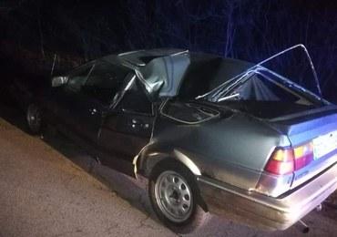 Policjanci nie mogli uwierzyć w to, co zobaczyli. 32-latek jechał autem zgniecionym wcześniej przez drzewo