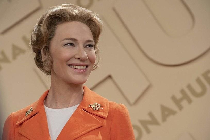 """""""Nie jestem przeciwniczką kobiet pracujących poza domem. Sprzeciwiam się jednak ruchowi wyzwolenia kobiet"""" - deklaruje główna bohaterka serialu """"Mrs. America"""" Phyllis Schlafly, którą gra Cate Blanchett. W sieci opublikowano właśnie zwiastun tego serialu wyprodukowanego przez stację FX."""
