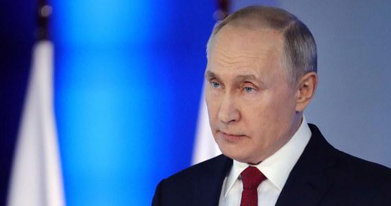 Rosja ma obowiązek bronienia prawdy historycznej o zwycięstwie w II wojnie światowej; pamięć o tym wzmacnia jedność kraju - oświadczył w środę prezydent Rosji Władimir Putin. Zapowiedział także stworzenie wielkiego kompleksu archiwalnego.