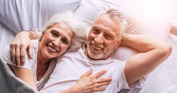 """Kobiety, które częściej uprawiają seks, zmniejszają ryzyko przedwczesnej menopauzy - przekonują naukowcy z University College London. Wyniki badań opublikowane na łamach czasopisma """"Royal Society Open Science"""" pokazują, że u kobiet uprawiających seks co najmniej raz w tygodniu ryzyko to spada o 28 proc. w porównaniu z tymi, które dowolne formy seksualnej aktywności podejmują nie częściej niż raz w miesiącu. Zdaniem autorek pracy brak seksu sugeruje organizmowi, że nie ma szans na zajście w ciążę i nie warto inwestować energii w owulację."""