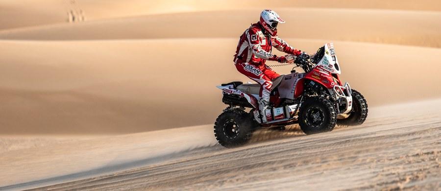 Dziesiąty dzień rywalizacji w Rajdzie Dakar przyniósł ciekawy zwrot akcji. Niemal wszyscy zawodnicy, jadący w czołówce kategorii motocykli i quadów, wpadli w nawigacyjną pułapkę i stracili nawet kilkadziesiąt cennych minut. Dzięki temu druga część etapu maratońskiego zapowiada się arcyciekawie pod kątem walki o zwycięstwo w rajdzie. Dużą niespodziankę sprawił Kamil Wiśniewski, który na skróconym odcinku specjalnym uzyskał najlepszy czas. Rafał Sonik zameldował się z trzecim rezultatem.