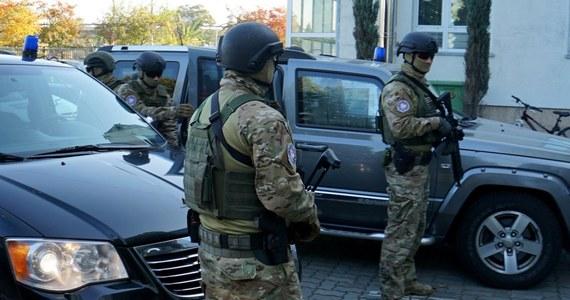 Byli i obecni żołnierze zatrzymani przez CBA wspólnie z Żandarmerią Wojskową. Śledztwo dotyczy nieprawidłowości w związku z organizowaniem przetargów w wojsku.Jak dowiedział się dziennikarz RMF FM, chodzi o przetargi na umundurowanie czy namioty.