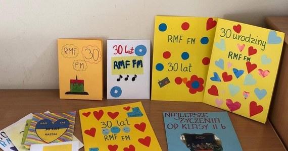 Życzenia z okazji trzydziestych urodzin RMF FM płyną do nas z całej Polski. Od uczniów szkoły podstawowej nr 4 w Morągu w warmińsko-mazurskiem dostaliśmy piękne, własnoręcznie przygotowane kartki urodzinowe.