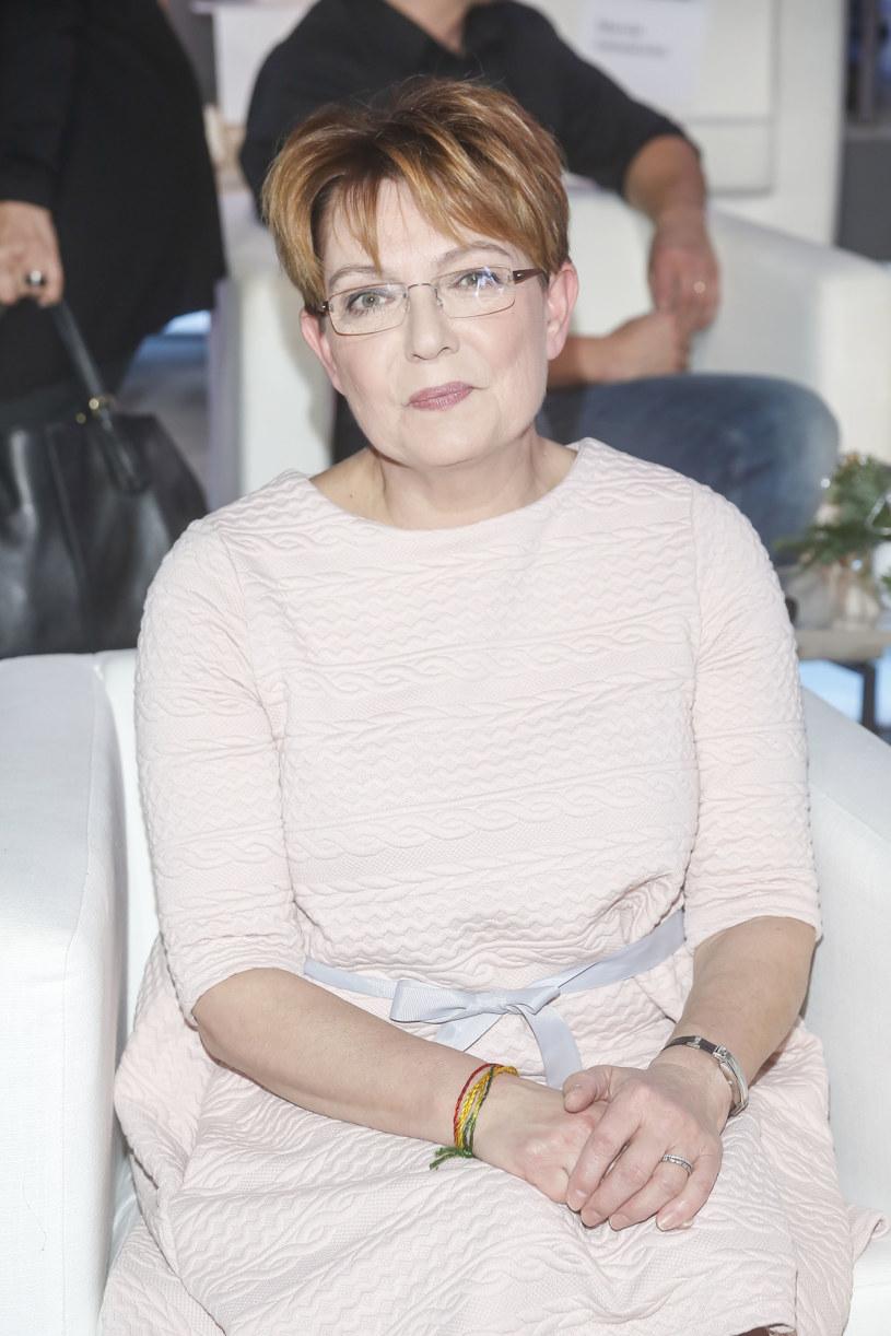 """Dobra wiadomość dla tych, którzy uwielbiają słuchać głosu słynnej polskiej aktorki. Juliusz Machulski postanowił zaangażować ją do swojego nowego serialu """"Mały zgon"""". Krystyny Czubówny nie zobaczymy jednak na ekranie, a jedynie ją usłyszymy, będzie bowiem głosem tłumacza na smartfonie, który pomaga w komunikowaniu się po polsku pewnemu fińskiemu mordercy."""