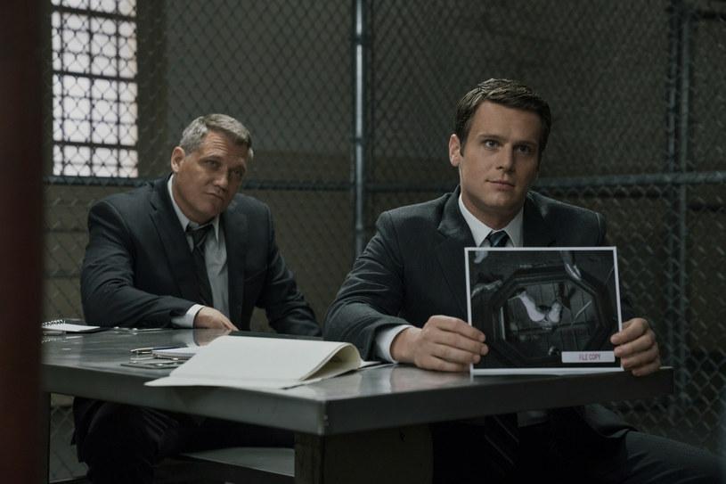 """Stworzony przez Davida Finchera """"Mindhunter"""" to jedna z najlepiej ocenianych produkcji Netfliksa. Ale pomimo dobrych recenzji dalsze losy serialu są niepewne. Właśnie poinformowano, że w grudniu zeszłego roku członkowie obsady zostali zwolnieni ze swoich kontraktów."""
