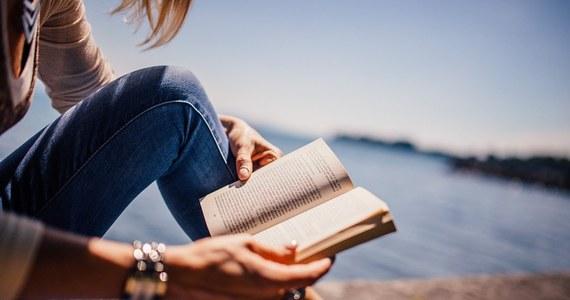 Jeśli czytamy regularnie przyczyniamy się do treningu pamięci. Siłą rzeczy nasz mózg przechodzi niezłe ćwiczenia nawet, jeśli na książkę poświęcamy kilka minut dziennie. Istnieją jednak sposoby na to, aby wzmocnić ich tempo, a co za tym idzie, poprawić pamięć za pomocą przeczytanych fragmentów w jak największym stopniu. O jakich działaniach mowa? Podpowiadamy.