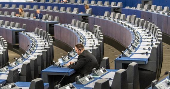 Parlament Europejski chce być gotowy do podjęcia decyzji o stwierdzeniu ryzyka zagrożenia dla praworządności w Polsce, co otwiera drogę do ewentualnych sankcji. Jak donosi dziennikarka RMF FM, ma temu służyć raport o sytuacji praworządności w Polsce. O decyzji komisji wolności obywatelskich (LIBE) w sprawie powstania tego raportu informowaliśmy już we wtorek. Dopiero jednak teraz PE wyjaśnia jego znaczenie.
