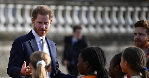 Brytyjski książę Harry po raz pierwszy od ogłoszenia wraz księżną Meghan zamiaru częściowego wycofania się z obowiązków członka rodziny królewskiej pokazał się publicznie. W czwartek uczestniczył w losowaniu grup przyszłorocznego pucharu świata w 13-osobowej odmianie rugby.