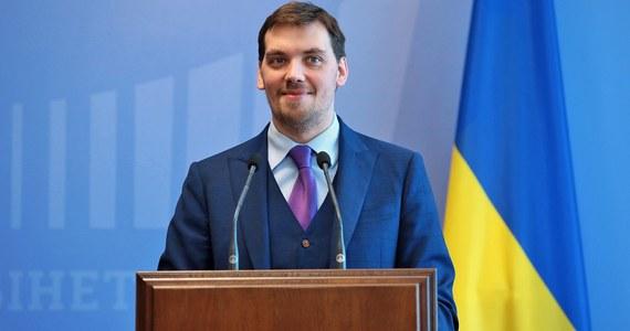 Premier Ukrainy Ołeksij Honczaruk złożył na ręce prezydenta Wołodymyra Zełenskiego podanie o dymisję. Szef rządu poinformował o tym w piątek na Facebooku. Dokument dotarł już do biura prezydenckiego - podały służby Zełenskiego.