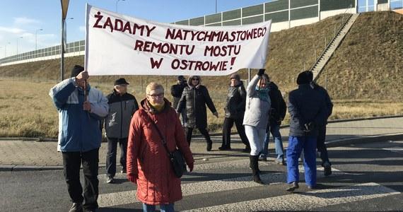 Mieszkańcy Wierzchosławic w Małopolsce protestują. Uważają, że władze nic nie zrobiły, by zapobiec zamknięciu mostu w Ostrowie na Dunajcu, przez co zwiększył się ruch na drodze wojewódzkiej przebiegającej przez miejscowość.