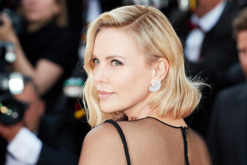 """""""Musiałam przemyśleć propozycję, bo nie miałam pojęcia, czy będę w stanie zagrać tę legendarną kobietę, która na dodatek ma bardzo specyficzny głos i wygląd"""" - mówi Charlize Theron o swej kreacji w filmie """"Gorący temat"""". Nie ma wątpliwości, że się udało, bo gwiazda otrzymała za tę rolę nominację do Oscara w kategorii najlepsza aktorka pierwszoplanowa. Tytuł trafił na ekrany polskich kin w piątek, 17 stycznia 2020 roku."""