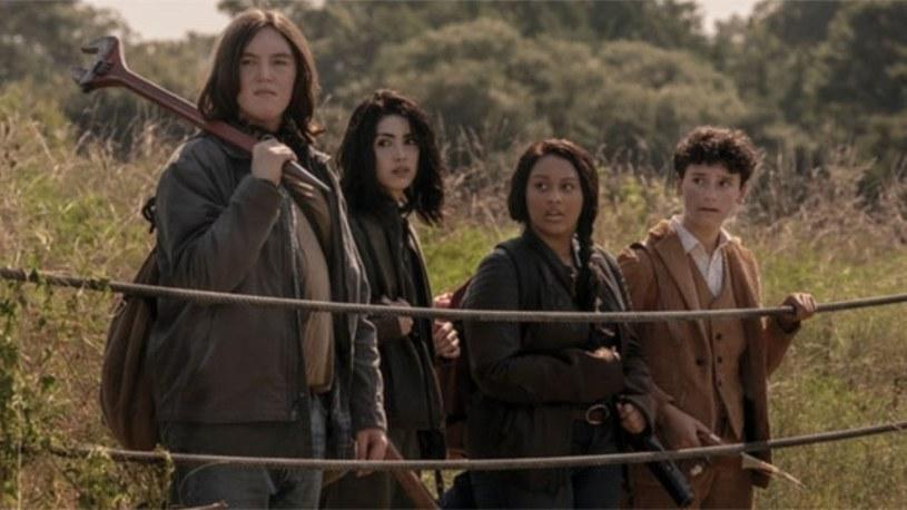 """""""The Walking Dead: World Beyond"""" to nowa produkcja stacji AMC, której akcja osadzona jest w świecie popularnego serialu """"Żywe trupy"""". Właśnie ogłoszono datę jej premiery. Pierwszy odcinek będzie można zobaczyć w niedzielę 12 kwietnia, zaraz po finale dziesiątego sezonu """"Żywych trupów""""."""
