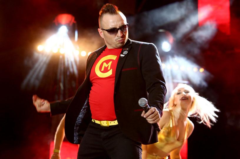 """Jak podał """"Fakt"""", znana jest kolejna gwiazda tegorocznej edycji """"Twoja twarz brzmi znajomo"""". To wokalista disco polo Czadoman, którego największym przebojem jest """"Ruda tańczy jak szalona""""."""