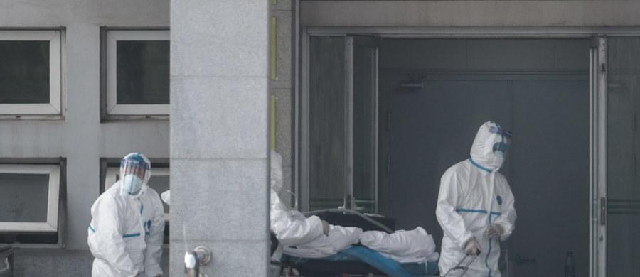 Czwarta osoba w Chinach zmarła z powodu nowego wirusa – epidemia wybuchła tuż przed końcem roku w miejscowości Wuhan. Krajowa komisja zdrowia w Pekinie potwierdziła wczoraj, że nowy groźny koronawirus przenosi się z człowieka na człowieka. Chińczycy poinformowali, że zaraził się personel medyczny.