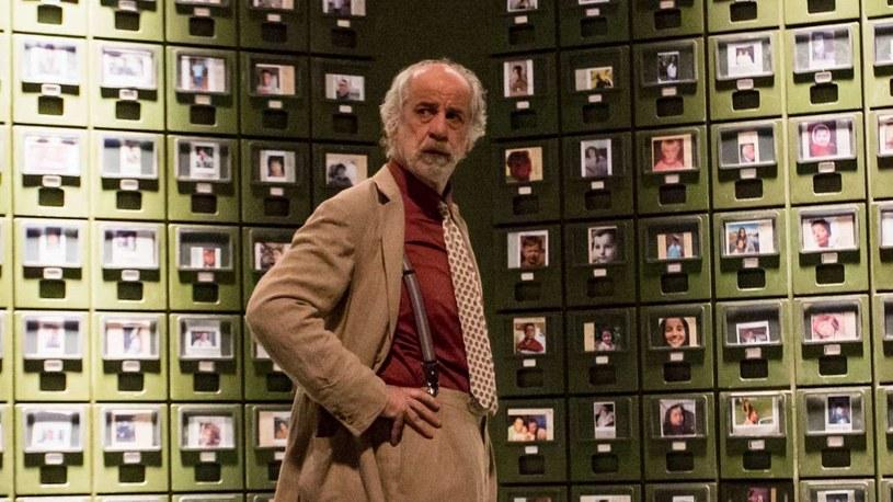 """Donato Carrisi - autor światowych bestsellerów i laureat włoskiego Oscara - powraca na wielki ekran z kryminałem """"W labiryncie"""". W rolach głównych - zdobywca Oscara Dustin Hoffman (""""Absolwent"""", """"Kwartet"""", """"Rain Man"""") i Toni Servillo (""""Wielkie piękno"""", """"Oni"""", """"Dziewczyna we mgle"""")."""