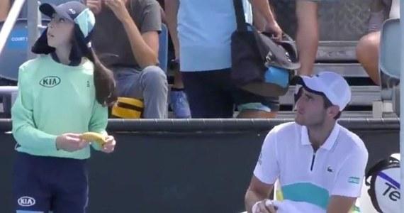 """Na tenisistę Elliota Benchetrita posypały się gromy. Chodzi o incydent w trakcie meczu z Dmitrim Popko na Australian Open. W przerwie gracz zwrócił się do dziewczynki podającej piłki, żeby… obrała mu banana. Reakcja arbitra była natychmiastowa. """"Ona nie jest twoją niewolnicą"""" – powiedział, zwracając się do tenisisty. Nagranie wyciekło do internetu i stało się hitem."""