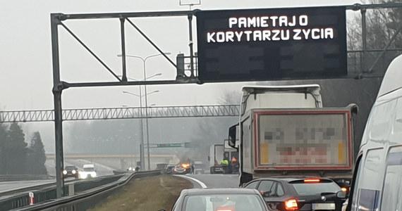 Karambol na trasie S7 w okolicach zjazdu na świętokrzyską Wiśniówkę. Na pasach w stronę Warszawy na odcinku około 300 metrów wpadło na siebie 16 samochodów, w tym dwie ciężarówki. Ucierpiało 8 osób. Przyczyną karambolu - o którym powiadomili nas nasi Słuchacze dzwoniący na Gorącą Linię RMF FM - była najprawdopodobniej gołoledź.