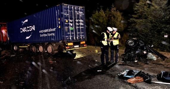 Policja i prokuratura wyjaśniają okoliczności tragicznego wypadku w Kaliszu na Pomorzu. W zderzeniu osobówki z ciężarówką zginęło tam trzech młodych mężczyzn.