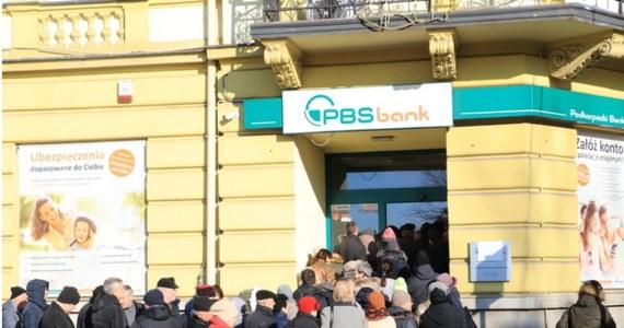 Prokuratura rejonowa w Sanoku wszczęła postępowanie sprawdzające dotyczące Podkarpackiego Banku Spółdzielczego. Placówka została zrestrukturyzowana przez Bankowy Fundusz Gwarancyjny. Miała 180 milionów złotych długu.