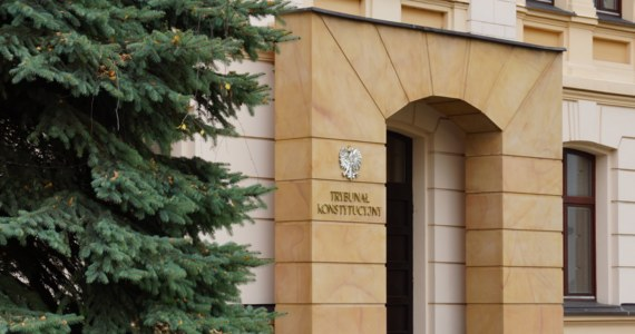Marszałek Sejmu skierowała w środę do Trybunału Konstytucyjnego wniosek, który ma zablokować czwartkowe posiedzenie trzech izb Sądu Najwyższego, które mają zdecydować o statusie sędziów, powołanych na wniosek nowej KRS. To już trzeci sposób na uniemożliwienie posiedzenia sędziów SN, którzy mają zdecydować o statusie sędziów, opiniowanych przez obecną KRS. Także niekoniecznie skuteczny.