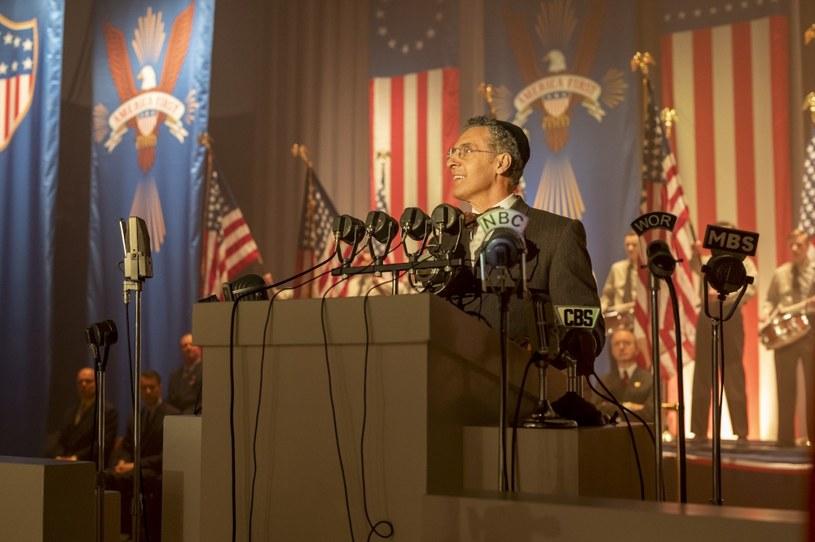"""""""Spisek przeciwko Ameryce"""" to nowy miniserial HBO na podstawie powieści Philipa Rotha przedstawiający alternatywną wersję historii Ameryki. Autorami produkcji są David Simon i Ed Burns. Premiera serialu odbędzie się 17 marca w HBO i HBO GO."""