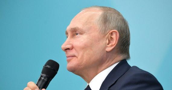 """""""Rosja musi pozostać silną republiką prezydencką"""" - powiedział Władimir Putin podczas spotkania z rosyjskimi studentami w Soczi. Odpowiedział tak na pytanie o ewentualny okres przejściowy po jego ustąpieniu w 2024 roku."""