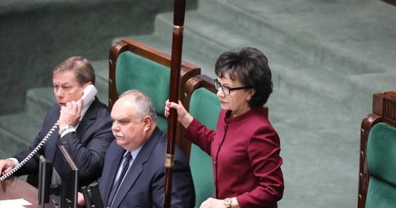 """""""W ocenie marszałka Sejmu Sąd Najwyższy zmierza do wydania abstrakcyjnej uchwały, pozwalającej ingerować władzy sądowniczej w kompetencje Prezydenta, a to daje podstawy do przyjęcia, że między tymi organami wystąpił spór kompetencyjny"""" - tak marszałek Sejmu Elżbieta Witek wyjaśnia złożony w Trybunale Konstytucyjnym wniosek, zmierzający do zablokowania dzisiejszego posiedzenia Sądu Najwyższego. Na stronie RMF24.pl jako pierwsi publikujemy dziś treść wniosku, który trafił do Trybunału."""