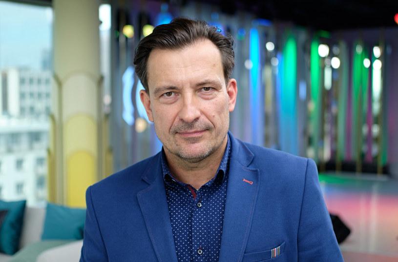 """Aktor, wokalista, konferansjer. W latach 90. gwiazda kultowego serialu """"W labiryncie"""". Prywatnie ciepły mąż i kochający ojciec. 26 stycznia Dariusz Kordek kończy 55 lat."""