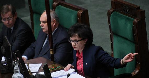 """Ustawa dyscyplinująca sędziów przegłosowana w Sejmie. Posłowie odrzucili tym samym decyzję Senatu, który w ostatni piątek zdecydował, aby ustawa trafiła do kosza. Według opozycji """"w Sejmie dzieje się prawdziwy zamach stanu"""". Jeszcze przed głosowaniem wiceszef MS Michał Wójcik powiedział """"niezależnie, czy będziecie rzucali kłody pod nogi i wpychali kije w szprychy, słowa dotrzymamy""""."""