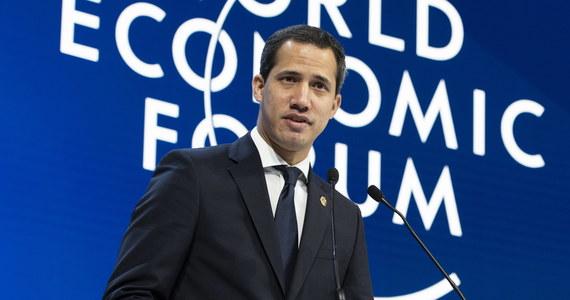 """Uczestniczący w konferencji w Davos Juan Guaido, który w ubiegłym roku ogłosił się prezydentem Wenezueli, zaapelował do państw UE, by odżegnały się od handlu wenezuelskim """"krwawym złotem"""", ponieważ zyski z niego służą finansowaniu rządów Nicolasa Maduro."""