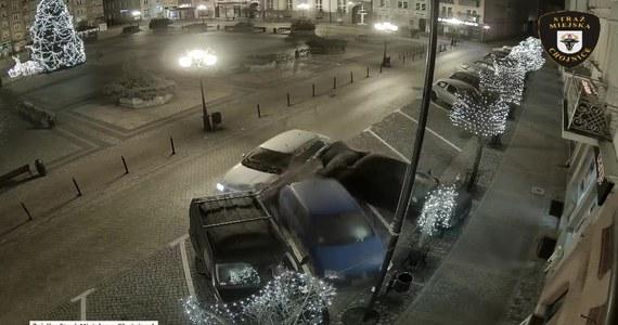 """Nocny rajd po rynku w Chojnicach. Kierowca nie opanował pojazdu, a jego brawurowa jazda zakończyła się na zderzakach trzech zaparkowanych samochodów. Sprawca początkowo uciekł z miejsca zdarzenia i dopiero rano zgłosił się na komendę. Był trzeźwy. Nagrania ze zdarzenia opublikowała Straż Miejska w Chojnicach. """"Kierowca został ukarany mandatem karnym w wysokości 500 zł i obciążony 6 punktami karnymi"""" – poinformowała asp. sztab. Magdalena Rolbiecka z policji w Chojnicach."""