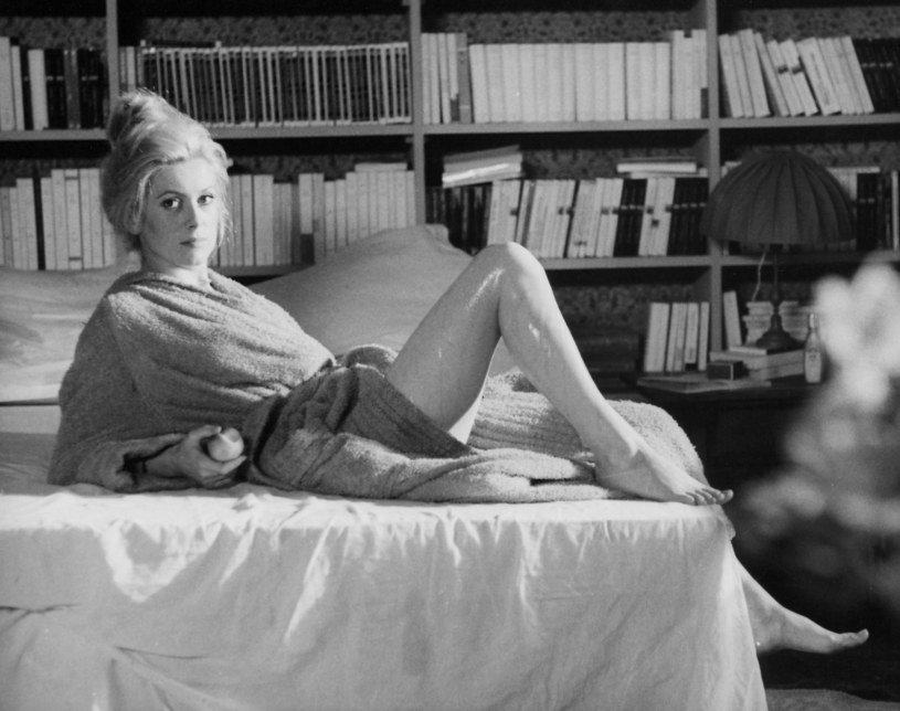 """""""Gdybym nie wyglądała, jak wyglądam, nigdy nie dostałabym angażu w filmie"""" - zwykła mawiać Catherine Deneuve. Wielka francuska gwiazda filmowa, choć ma już skończone 76 lat, nie zwalnia ani chwili. Już 6 marca na ekrany polskich kin trafi film """"Prawda"""", w którym gra główną rolę."""