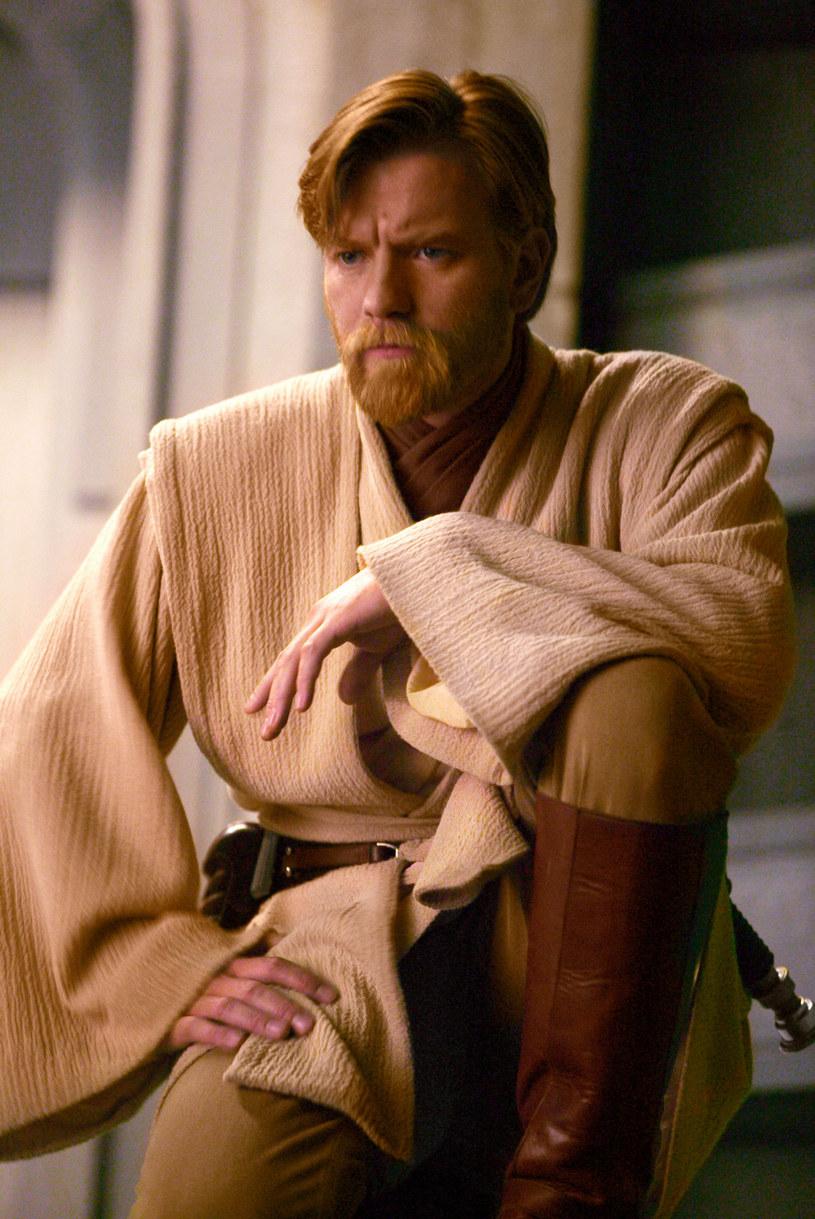 """Miał to być drugi po """"The Mandalorian"""" hit platformy Disney+, którego akcja osadzona jest w uniwersum """"Gwiezdnych wojen"""". W serialu """"Obi-Wan"""" do kultowej roli mentora Anakina i Luke'a Skywalkerów miał powrócić Ewan McGregor. Tymczasem według informacji, do jakich dotarł portal """"Collider"""", prace nad produkcją zostały wstrzymane na czas nieokreślony."""