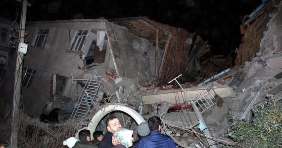 Co najmniej czternaście osób zginęło, a ponad 300 zostało rannych w trzęsieniu ziemi, które nawiedziło wschodnią Turcję - poinformowały władze. W wyniku wstrząsu zawaliło się wiele budynków. Szacuje się, że pod gruzami jest uwięzionych kilka osób. Hipocentrum trzęsienia o sile 6,5 znajdowało się na głębokości 10 km.