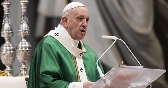 """""""Czytajmy codziennie kilka wersetów z Biblii"""" - zachęcał papież Franciszek w Niedzielę Słowa Bożego, którą ustanowił. Ewangelię """"trzymajmy otwartą na stoliku nocnym w domu, nośmy ją ze sobą w kieszeni, wyświetlajmy na telefonach komórkowych"""" - wzywał."""