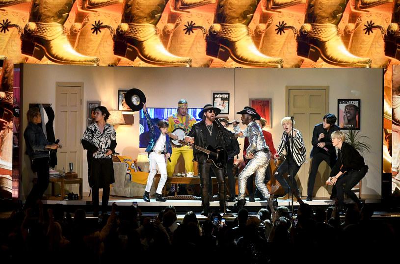 Lil Nas X nie tylko zgarnął dwie statuetki na tegorocznej gali Grammy, ale przede wszystkim oczarował swoim pomysłowym występem na scenie. Obok niego pojawiły się m.in. największe gwiazdy k-popu - BTS. Nie zabrakło też hołdu dla Kobe'ego Bryanta.