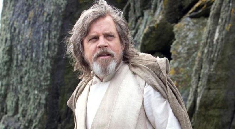 """Twitterowy profil Star Wars Holocron opublikował archiwalne zdjęcie z okresu kręcenia pierwszych epizodów """"Gwiezdnych wojen"""". Na fotografii Mark Hamill i Harrison Ford poza planem trzymają się za ręce. Odtwórca roli Luke'a Skylwarkera postanowił wyjaśnić, o co chodziło."""