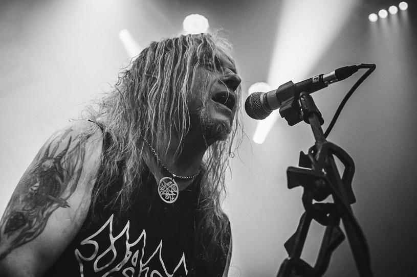 """Trudno znaleźć na świecie fana ciężkiej muzyki, który nie zna płyt Vadera. W Polsce, nawet ci, którzy mają tyle wspólnego z metalem, co diabeł z wodą święconą, nazwę zespołu skojarzą bez problemu. 1 maja miała miejsce premiera nowej płyty Piotra Wiwczarka i spółki """"Solitude in Madness"""". Warto go posłuchać na full. Bardzo głośno. Niech siedzący w domach sąsiedzi dowiedzą się, jak brzmi Vader w 2020 roku!"""