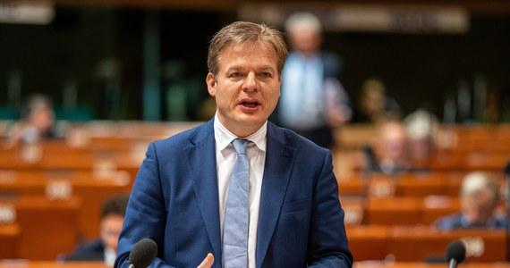"""Zgromadzenie Parlamentarne Rady Europy przyjęło we wtorek w Strasburgu rezolucję ws. funkcjonowania instytucji demokratycznych w Polsce. Za rezolucją głosowało 140 delegatów, przeciw było 37, a 11 wstrzymało się od głosu. Wcześniej, w czasie debaty nad rezolucją deputowani ostrzegali przed """"łamaniem reguł demokracji w Polsce""""."""