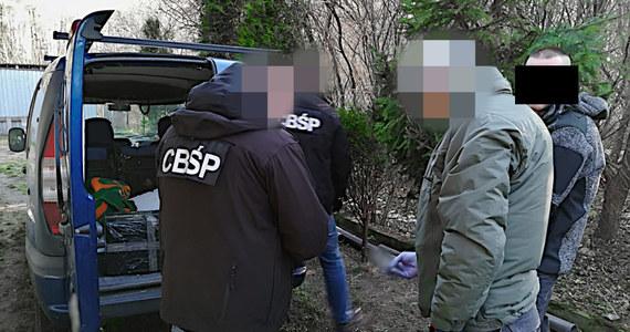 Cztery osoby podejrzane o udział w zbrojnej grupie przestępczej, zatrzymali funkcjonariusze CBŚP i Krajowej Administracji Skarbowej. Przejęto broń, narkotyki oraz papierosy.