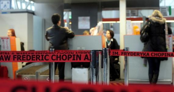 Problemy z lądowaniem samolotu PLL LOT w Warszawie. Po godzinie 7:00 kilkanaście zastępów straży pożarnej monitorowało lądowanie maszyny lecącej z Krakowa na lotnisko imienia Fryderyka Chopina. Na pokładzie było 78 osób, nikomu nic się nie stało.
