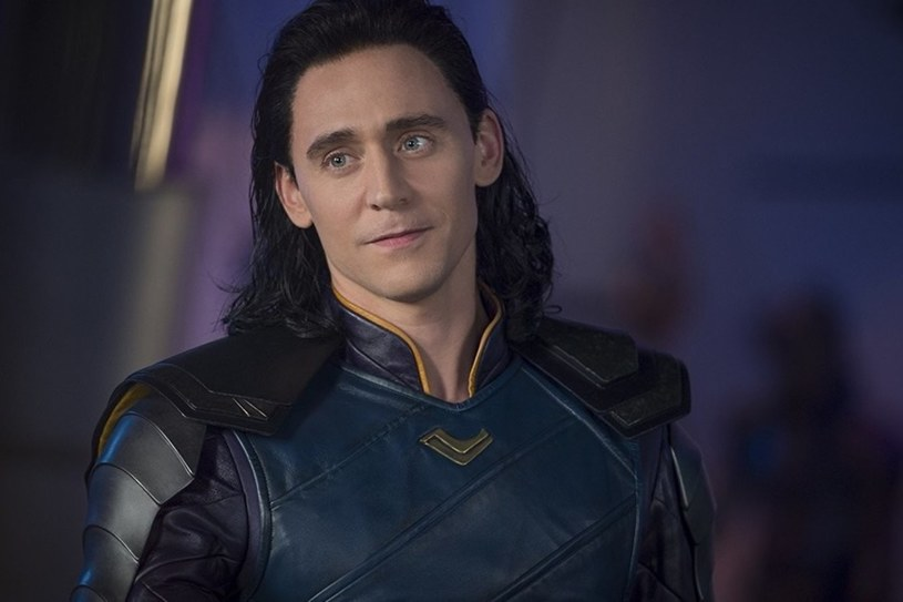 """Tom Hiddleston powraca do roli, za którą pokochali go wszyscy. Jako przebiegły Loki, książę Asgardu, podbił serca fanów swoimi występami w filmach wchodzących w skład uniwersum Marvela. Serial z jego udziałem, zatytułowany po prostu """"Loki"""", trafi na serwis streamingowy Disney+ w 2021 roku."""